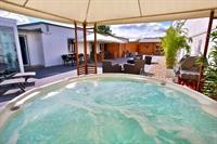 Terrasse mit Whirlpool und Panoramasauna